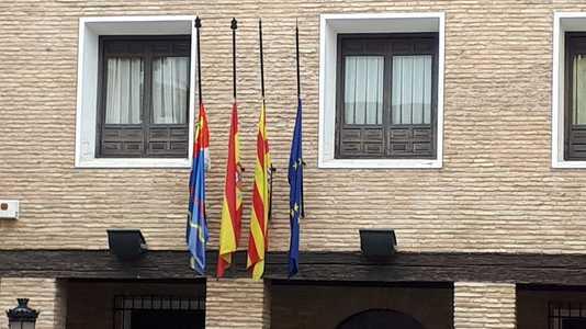 Ayuntamiento La Puebla de Alfindén con las banderas a media asta